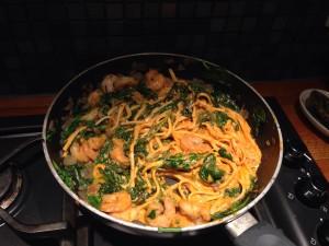 Bij de overschot van saus en pasta snipperde ik rode ui, aangevuld met verse spinazie en scampi. Snel en lekker!